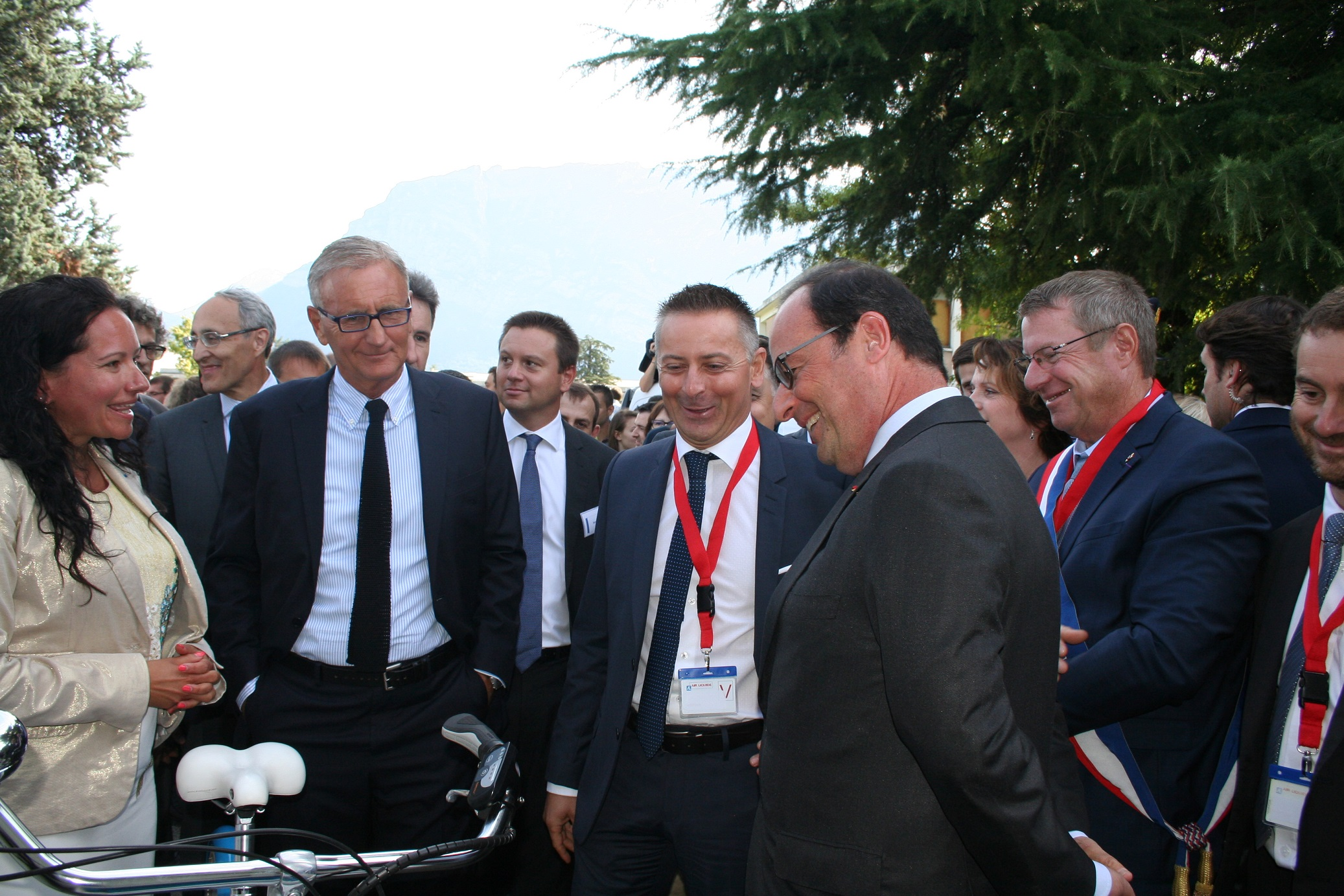 Atawey presents a hydrogen bicycle prototype to the French President Hollande